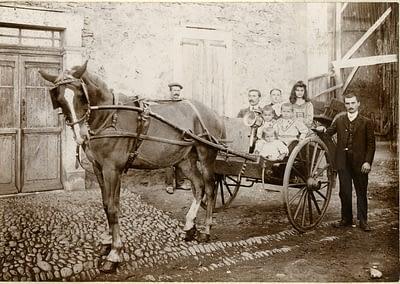 photo d'époque montrant une famille en calèche début du XXème siècle